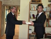署名を手渡す服部税金対策部長(左)