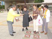 チラシ等を渡す新山税対部長(左)