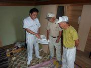 建築現場で2人の組合員に組合のメリットを説明する後藤副支部長(左)
