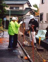 建設現場を訪問し組合の説明をする役員(左)