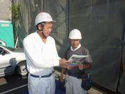 建築現場で組合員に組合のメリットを説明する野田支部長(左)