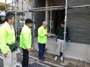建設現場を訪問して、若い職人さんへ組合の説明をする役員