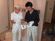 建築現場で未加入者の職人へ 組合のメリットを説明する戸ヶ里支部長(左)