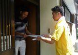 組合員さん宅を訪れパンフレットを渡す青年部幹事さん.JPG