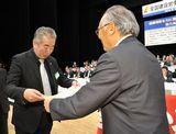 大会表彰を受ける鈴木副執行委員長(左)