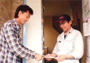 パンフレットを手渡す役員さん(左)