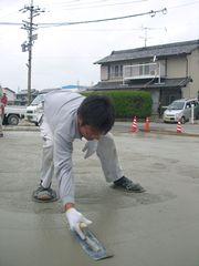 セメント工事をする山本泰之幹事