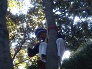 ロープを裁き高所から降下する佐野副部長