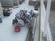 側溝を工事する岩嵜幹事