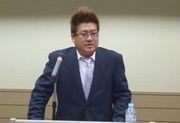 定期総会で挨拶をする佐々木青年部長