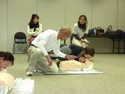 講師の指導のもと、人工呼吸をする幹事