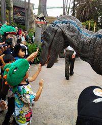 可愛い恐竜をナデナデ