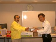 優勝の羽根義裕さん(右)