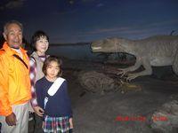 恐竜の前でハイチーズ