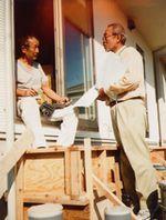 建設現場に訪問し、組合制度を説明する役員(右)