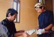 健康保険について説明をする役員(左)
