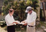 組合パンフを渡す役員(左)