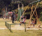 公園のブランコで遊ぶ子供たち