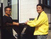 組合員宅へ訪問する宮上支部長(右)