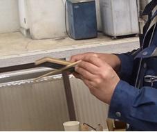 上手に箸を作っています