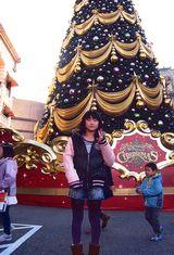 巨大なクリスマスツリーの前で