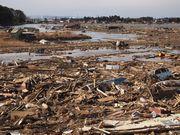 元は畑が広がっていたが、沿岸から住宅や自動車・松の木が無数に流れ着いた。海水が引かず、まるで川ができてしまった。(仙台市若林区)