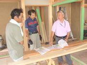 建設現場で、熱心に組合の説明をする横山支部長(右)