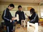 学生に囲まれ、マルチスタンド作りの指導をする菅先生(中)