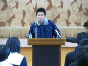 3年生の生徒を前に講演する菅先生