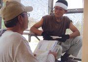 建築現場を訪問して、熱心に組合制度を説明する役員(左)