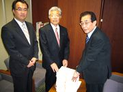 15,789筆の署名を手渡す書記長(右)と、県議団/榊原康正議員(中)・森井元志議員(左)