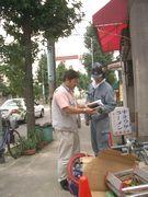 建築現場に訪問して、組合未加入者の職人に熱心に組合アピールをする役員(左)