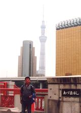 建設中の東京スカイツリーをバックに