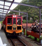 保津峡を走るトロッコ列車
