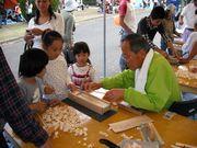 箸作りに夢中な子供たち