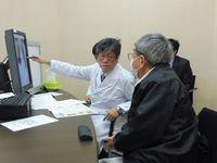 胸部X線写真を確認し、面接指導を行う柴田教授