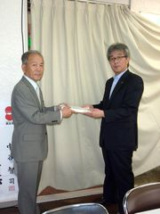 牧義夫衆議院議員へ、私たちの切実な思いを伝え、署名を直接渡す山田執行委員長(左)