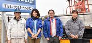 (左から) 秀元さん、ひと美さん、元請けの諏訪社長 、母しめ子さん