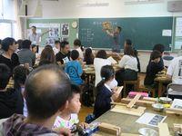 椅子を持ち、熱心な指導をする中橋講師