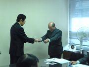 要請書を手渡す上野労働対策部長(右)