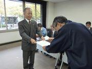要請書を手渡す山田執行委員長(左)