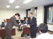 要請書を手渡す山田執行委員長(右)