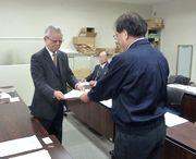 横山執行委員長(左)が要請書を手渡す