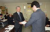 要請書を手渡す横山委員長
