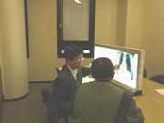 X線写真を読影しながら、面接指導を受ける組合員(右)