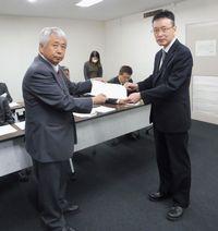 要請書を手渡す大澤執行委員長(左)