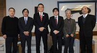 左から吉田前支部長、宮島支部長、久保田岩倉市長、井上書記長、大島副支部長、宮川市議