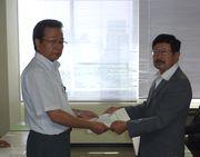 要請書を手渡す嶋田議長(左)