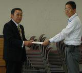要請書を渡す杣川議長(左)
