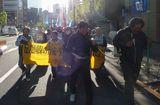 シュプレヒコールをあげてのデモ行進